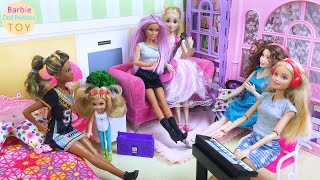 Barbie and Rapunzel have a concert in the bedroom, and all the friends are here to attend