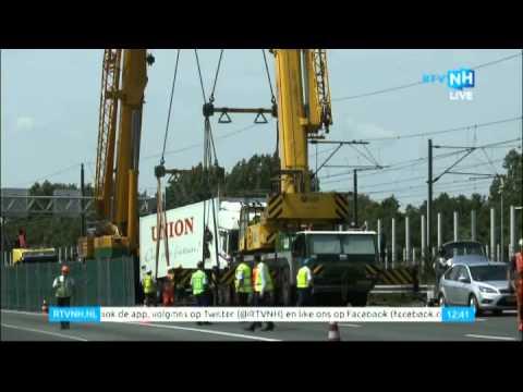 De hele operatie: Ramtruck van spoor getakeld