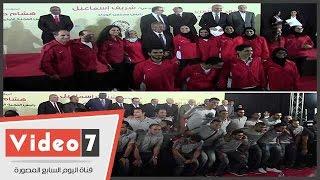 وزير الشباب يلتقط الصور التذكارية مع أبطال مصر بدورة الألعاب الإفريقية والعسكرية