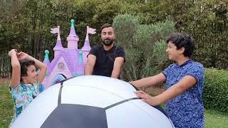 En Joue avec un énorme balon de foot, adel et Sami