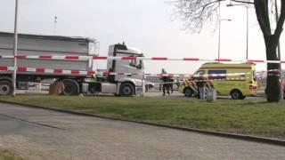 Persoon komt onder vrachtwagen en overlijdt bij de A28 in Zwolle