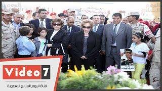 جيهان السادات تضع أكليل زهور على قبر الجندى المجهول أمام النصب التذكارى