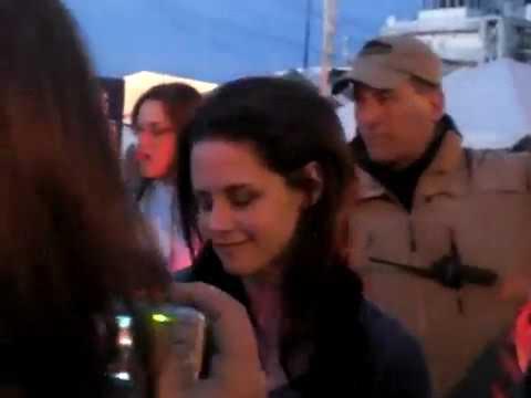영화 촬영장에서 기다리던 팬들 보고 차에서 내려서 싸인해주는 크리스틴 스튜어트