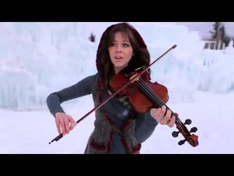 Девушка во льдах очень красиво играет на скрипке