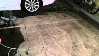 Профессиональная мойка пола. Мойка плитки паркинга. Однодисковая поломойная машина Karcher BDS43/180(, 2016-01-08T17:47:42.000Z)