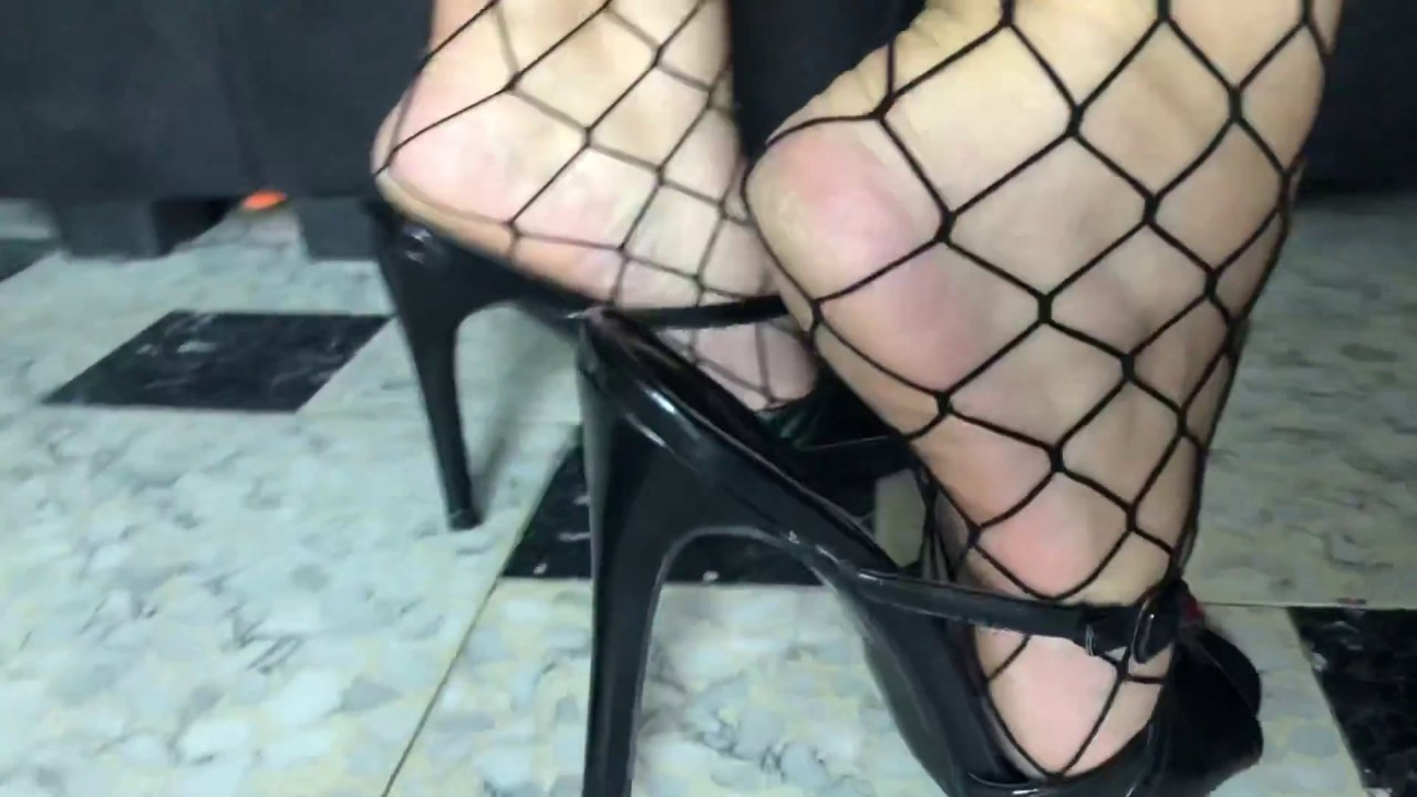 Rough feet in fishnet and black mule