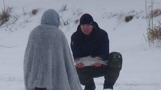 Рыбалка на форель зимой Зимний тест форелевых зефирок Ловим форель в Кокино