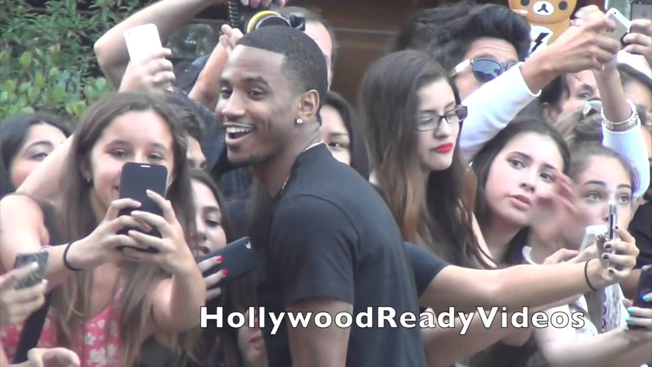 Trey Songz Shows Love To Fans At The 2014 Young Hollywood Awards In