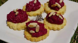 Печенье из пармезана со свекольным песто