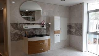 Beyaz ve gri tonların hâkim olduğu harika bir banyo