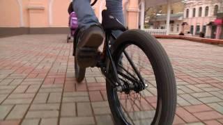 Керчь. Молодежь развлекается(Пацаны прикольно катаются на велосипедах в центре города Керчи. Это и другое видео в контакте http://vkontakte.ru/club2..., 2011-02-15T19:54:27.000Z)