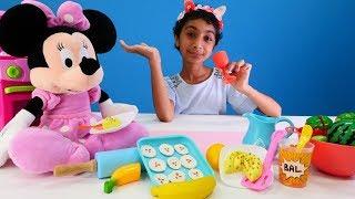 Minnie Mouse börek yapıyor ve süpürge alıyor. Evcilik oyunu. Hamur oyunu.