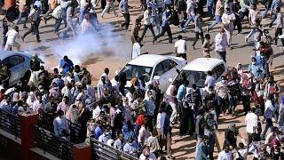 قوات الأمن تطلق قنابل الغاز لتفريق المتظاهرين في الخرطوم.. شاهد التفاصيل