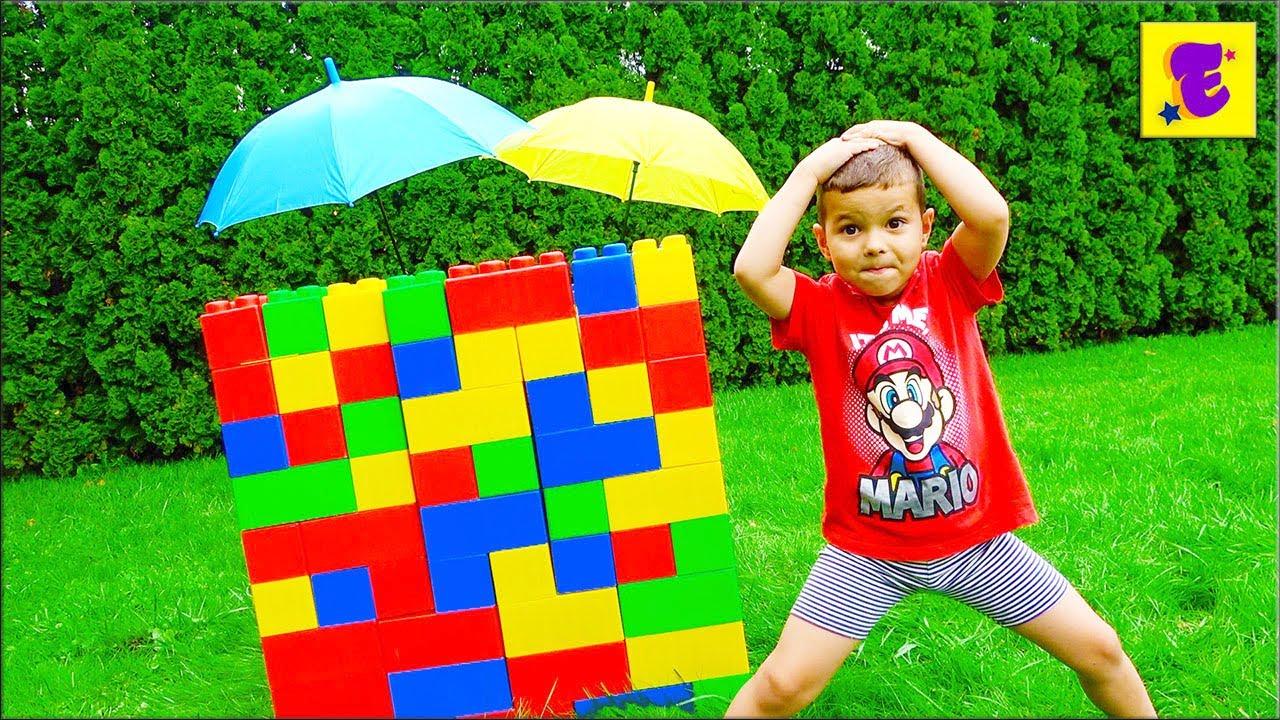 ЕГОРКА и ПАПА Притворяются Что Играют с Разноцветными ЗОНТИКАМИ