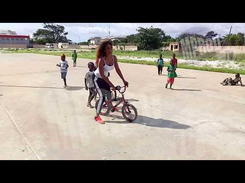 Ndeye Ndack en plein délire avec un petit vélo