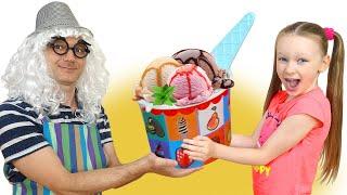 Лиза и папа играют в магазин мороженого