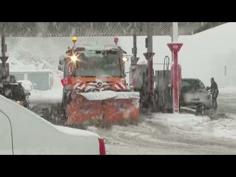 UNWETTERWARNUNG: Schneechaos in Südbayern – 120 Flüge gestrichen