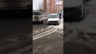 Автохам перегородил дорогу жителям элитного дома в Подмосковье(, 2017-02-10T09:05:22.000Z)