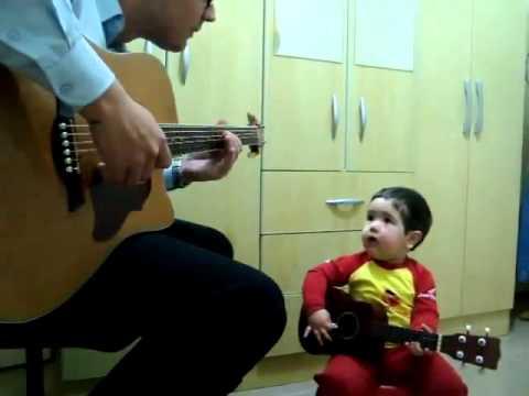 Criana de 2 anos cantando Dont Let Me Down - Beatles