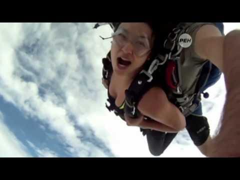 В Таиланде выложили в сеть шокирующее видео   двух парашютистов едва не сбил самолет