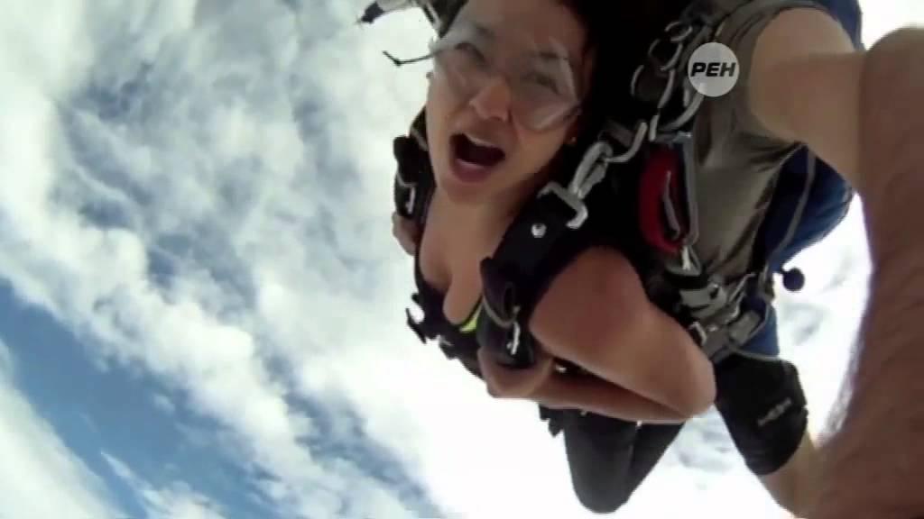 голая девушка прыгает с парашютом пизда хуй