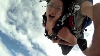 В Таиланде двух парашютистов едва не сбил самолет