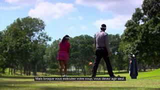 Règles de golf 2019 : Caddie qui se tient derrière le joueur pour l'aider à s'aligner