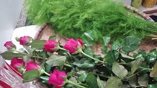 cắm hoa hồng với cành măng tươi lâu không bị thối nước.