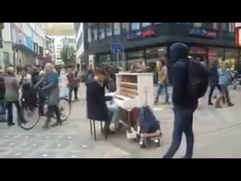 Сhłopak gra na placu w mieście Dortmund !! Warto posłuchać !!!