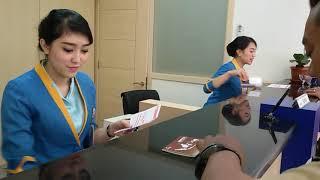 Download Video Dua Karyawati Cantik Bank BJB Tetap Senyum Ramah Meski Sibuk Layani Nasabah MP3 3GP MP4