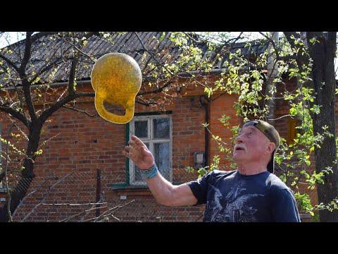 Дед-атлет жонглирует гирей