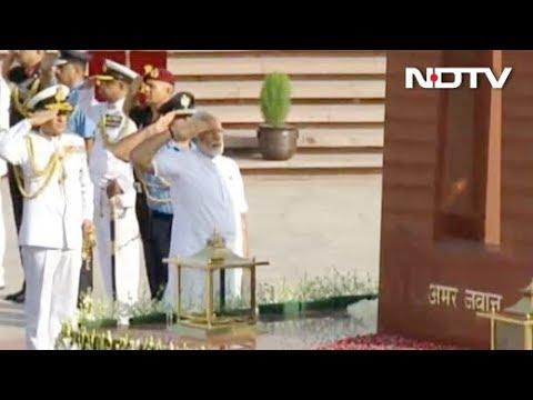 National War Memorial जाकर PM Modi ने किया शहीदों को नमन