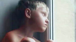 Dieses Kind hasst seine Mutter. Jahre später bekommt er einen Anruf.