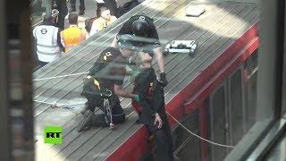 Activistas contra el cambio climático 'se pegan' al techo de un tren en Londres