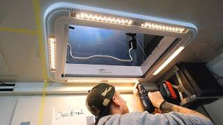 Der Krankenwagen bekommt eine riesige Dachluke mit LED Beleuchtung und einen Lüfter für die Dusche!