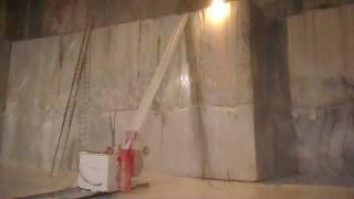 Taglio della bancata in cava di marmo a Carrara (1)
