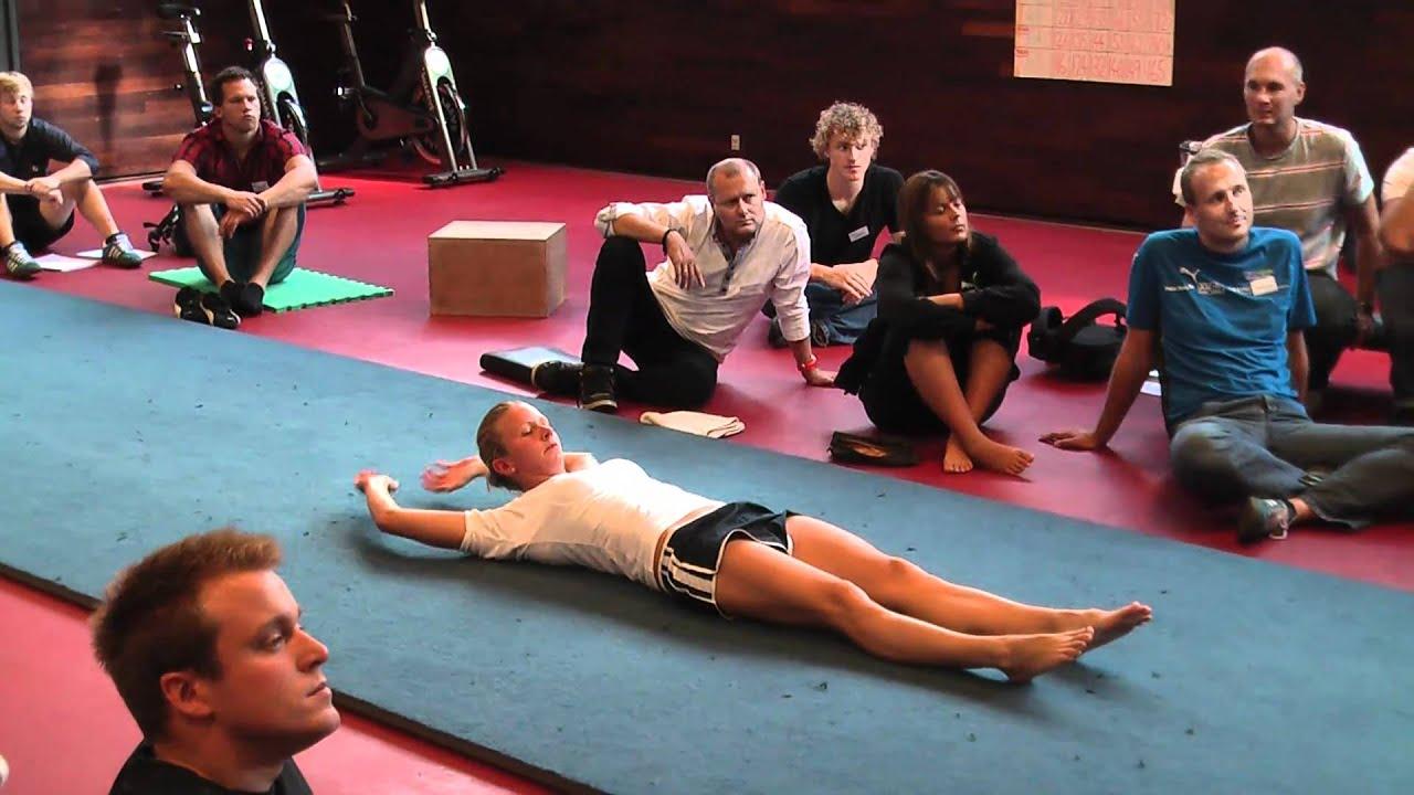 21 - styrke - mavebøjninger - med kryds og strakte arme og ben.MTS - YouTube