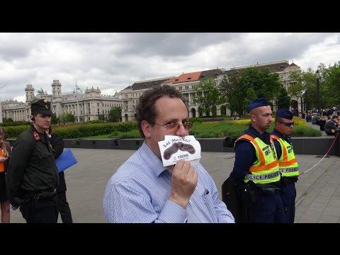 ...és fonákja. 2017. május 8. Áder János beiktatása ellen tiltakozik az Együtt