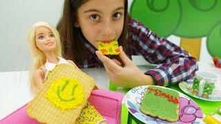 Видео для девочек. Видео с Барби и подружкой Викой - веселая еда.  Украшаем печенье для куклы Барби.