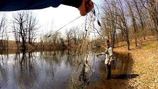 Рыбалка на удочку в отвес. Да сколько же рыбы и браконьеров на этом лесном пруду!?