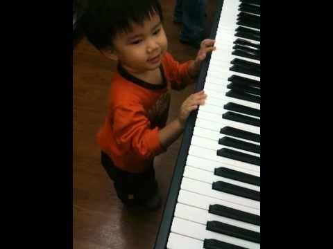 เด็ก 2 ขวบ เล่นเปียโนเพลงชาติ