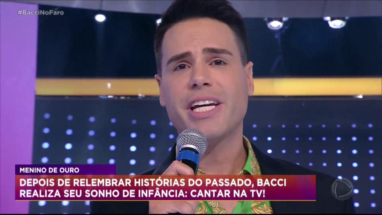 Luiz Bacci canta Evidências no palco do Hora do Faro