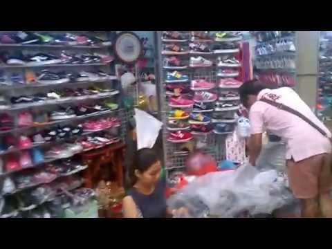 พาชมตลาดโรงเกลือ หลังคาฟ้า 1-2 ส่วนที่ขายรองเท้า