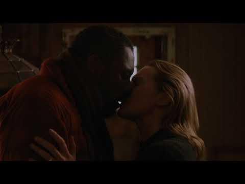The Mountain Between Us : Kate Winslet Kissing Idris Elba