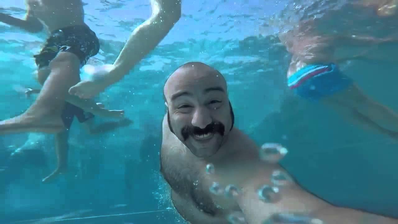 Мужик с бабай в бассейне