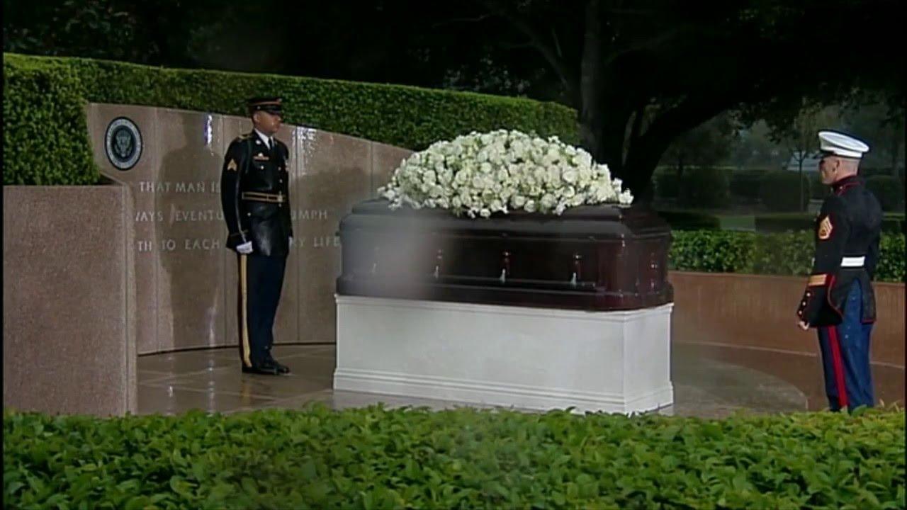 Soldier Guards Nancy Reagan S Casket In Pouring Rain Youtube