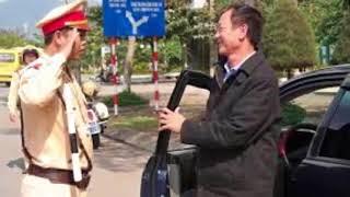 Tin Nóng Mỗi Ngày | Đường Nhỏ Người Đông - Hai CSGT chạy bộ đuổi theo Bắt xe tải chạy ngược chiều