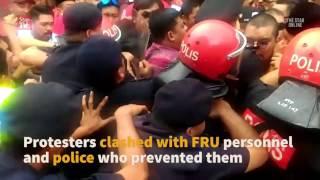 Umno Youth members and Ali Tinju protest at DAP HQ