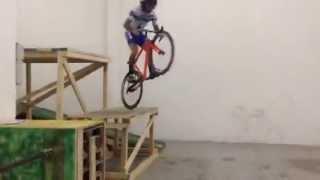 Невероятные прыжки на шоссейном велосипеде(Невероятные прыжки на шоссейном велосипеде Подпишись на новые видео! Расскажите друзьям и поставьте лайк..., 2014-05-25T11:05:20.000Z)