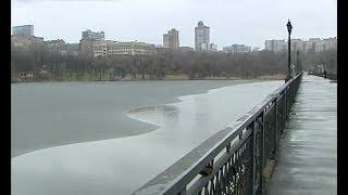 Женщина упала с моста в парке имени Щербакова(Женщина упала с моста в Донецком парке имени Щербакова. В ледяной воде она провела около получаса. Дончанку..., 2014-01-13T18:14:41.000Z)